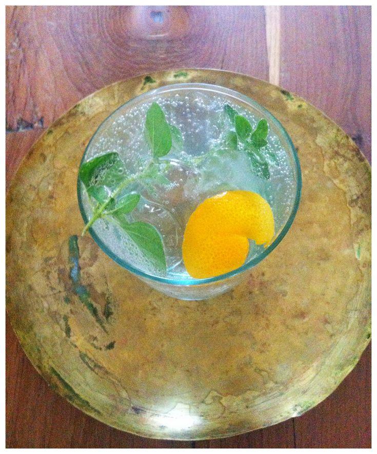 In Beiroet drinken we heel graag G&T's en daar zijn ze altijd met een twist die past bij de Arabische wereld. Zoals takjes geurige salie of verse za'atar erin. Thuis hebben we deze combinatie's ontdekt waar we helemaal weg van zijn: Gin&Tonic met oranjebloesemwater en oregano als 'botanical' en een Gin&Tonic met rozenwater en bevroren granaatappelpitjes en een citroenschilletje.  We maken ze beide graag met de kruidige Hollandse VL92 gin (met koriander: past heel goed!) en Fever ...