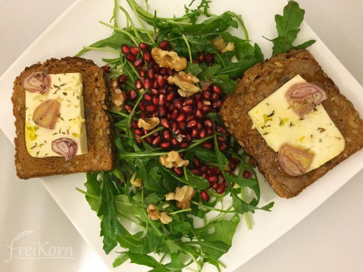 glutenfreies schnelles Abendessen: mit Feta überbackenes Brot mit Granatapfel und Rucola