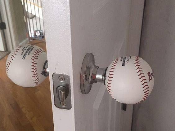 C'est un bouton de porte. Il est fait d'une baseball.