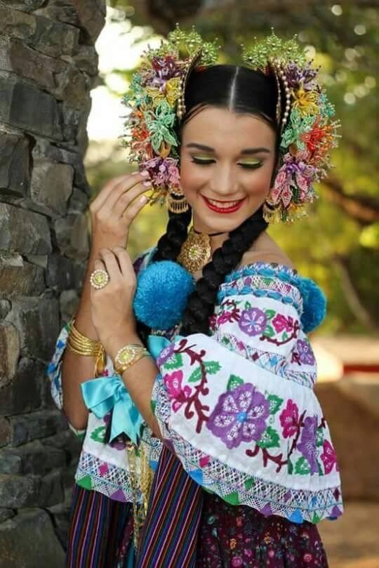 Nataly Diaz Saavedra, Reina del Festival de la Mejorana 2016 luciendo una montuna santeña zurcida y calada con tembleques de colores | Tiene los colores que gustan |