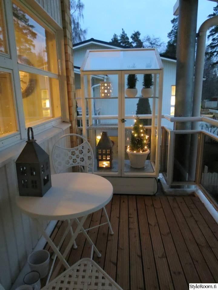 """Tästä inspiraatiota pimeään vuodenaikaan: """"beachhouse"""":n kesäinen vihervitriini saa talvella sisäänsä pihavaloja ja kynttilöitä valaisemaan pimeää.  #styleroom #inspiroivakoti #parveke #valaistus #tunnelma"""
