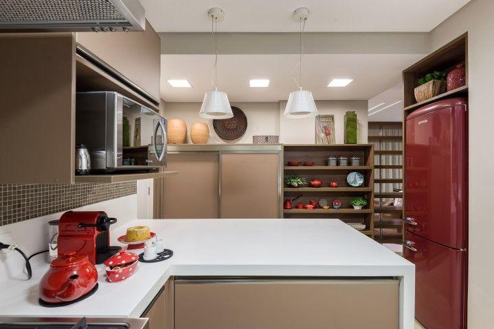 Cozinha com cores claras e detalhes em vermelho