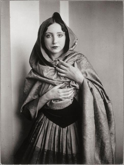 Anaïs Nin drapée dans un châle (Brassaï, 1932)
