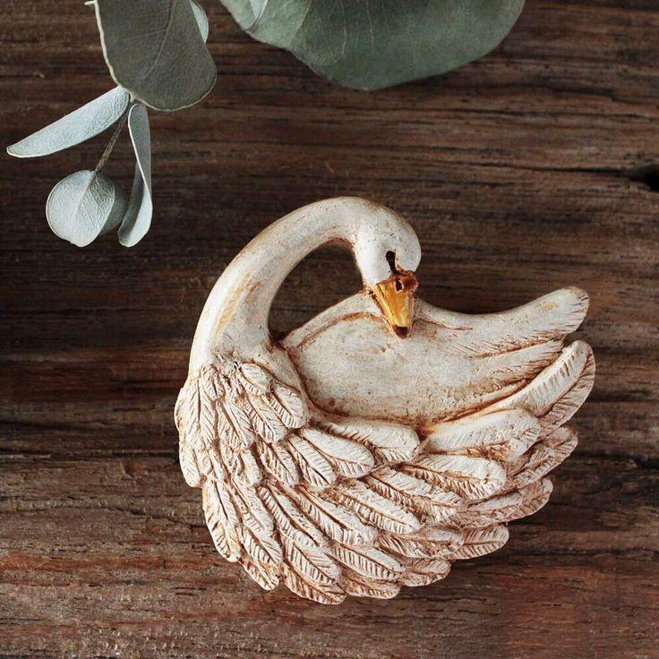古代の建物に描かれたレリーフをそのまま持ちだしたような、繊細でどこか重厚感のある姿の白鳥。 羽根の模様一つ一つまで、目を凝らして眺めたくなるような作品です。 . ▶︎詳細は @creemajp のURLよりご覧いただけます . #creema #handmade #クリーマ #ハンドメイド #ブローチ #白鳥 #粘土 #アンティーク #彫刻 #繊細 #レリーフ #鳥 . creemaで見つけたあなただけのお気に入りを #my_creema のハッシュタグでぜひ投稿してください。 . 【-koku- 白鳥のブローチ : color+lifeさん】 https://www.creema.jp/item/4027631/detail