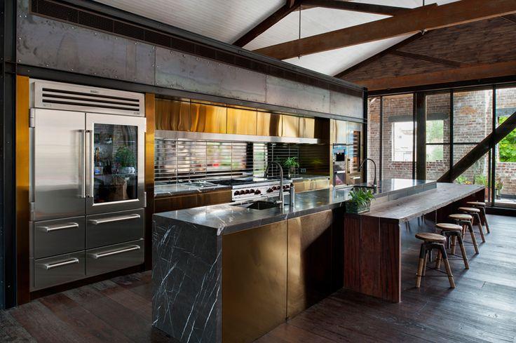 Кухня в стиле лофт: индустриальная романтика в домашнем интерьере, 75 фото http://happymodern.ru/kuxnya-v-stile-loft/ Индустриальный дорогой шик: полированная медь и черный мрамор Смотри больше http://happymodern.ru/kuxnya-v-stile-loft/