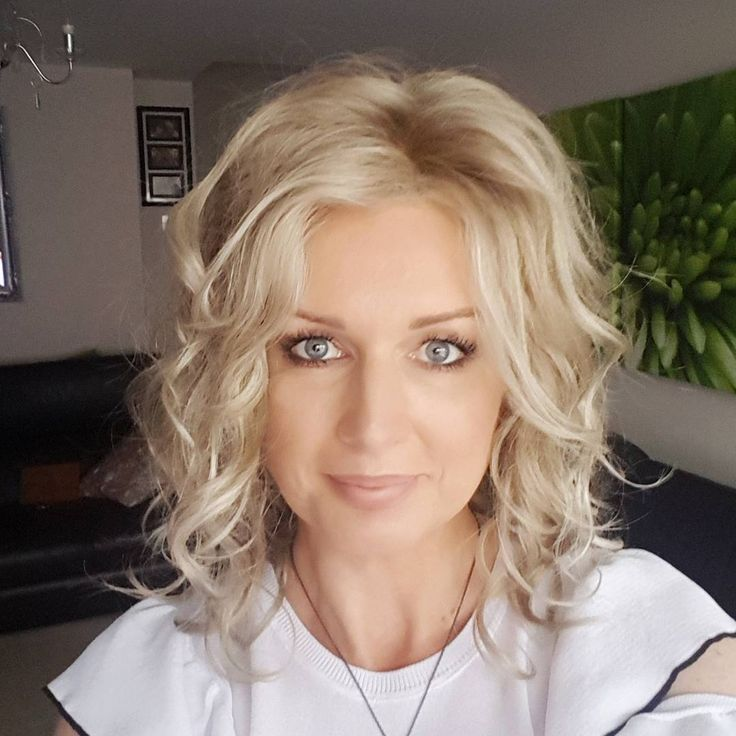 """I forgot that I never posted a photo of this wig - Jon Renau """"Julianne"""" in color 22F16 blond brownie. #wig #wigs #jonrenau #cysterwigs #havingfunwithwigs #wigreview #simplywigs @jonrenau @cysterwigs"""