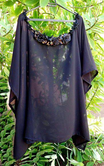 Bata estilo kaftan em musselina negra transparente adornada com renda chinesa e flores de cetim no decote, um toque festa elegante.