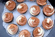 Dit eenvoudige basisrecept voor luchtige botercrème is een onmisbaar ingrediënt bij het versieren van taarten en cupcakes.Je kunt hem bijvoorbeeld gebruiken om taarten mee af te smeren, voordat de marsepein of fondant eroverheen gaat, of je kunt er rozetjes mee spuiten optaarten of cupcakes. Ingrediënten (voldoende voor circa 15 grote, of 20 kleine rozetjes voor…