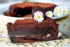 Torta cioccolato e mascarpone, morbida golosità. Deliziosa torta al cioccolato e mascarpone dal cuore tenero ricoperta da cacao. RossellaInPadella
