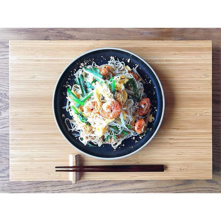 . お昼ごはん . パッタイ . お昼は久々にパッタイにしました タイ料理大好きなんですがパクチーが苦手です 好きな方からすると食べられないのは人生損してるらしいです お寿司のわさびお素麺の生姜おでんの辛子みたいな存在でしょうか 食べられるようになりたいけれど食べられるようになるまで頑張るのが辛い