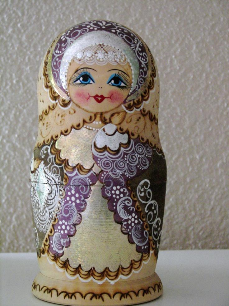 Lavender Matryoshka,  Сергиев  посад.  Чем очаровывает мир русская матрешка – деревянная, неровно расписанная вручную, не по моде одетая полная девушка с наивными глазами и вечной улыбкой, так и остается загадкой. Наверное, в ней таится загадочная русская душа, познать которую так и не удалось миру .