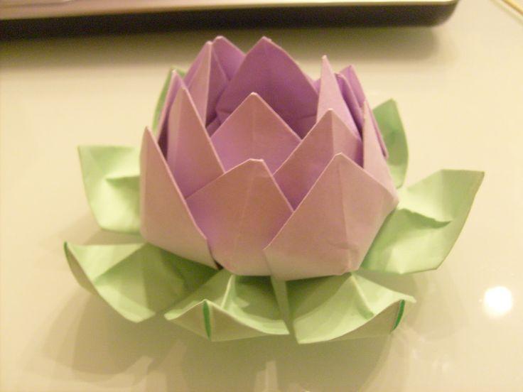 Diveriti a creare insieme al tuo bambino il fiore più bello che nasce dal fango nella sezione Origami per bambini.