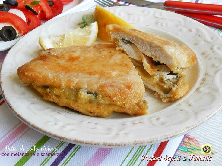 Il petto di pollo ripieno di melanzane e scamorza è cotto al forno per ottenere una pietanza più leggera. Il ripieno è arricchito con fettine di pomodoro.