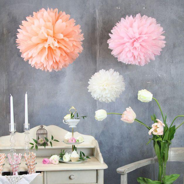 ♥♥♥ 100 % handmade in unserer eigenen Manufaktur in Deutschland ♥♥♥  Einfach und schön! Diese PomPoms sind der Extrakick, um jeden Raum oder eine Hochzeit erstrahlen zu lassen. Sie sind eine...