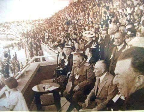 ... 23 Nisan 1938 Cumhurbaşkanı Mustafa Kemal ATATÜRK, doktorlarını dinlemeyerek o hasta haliyle, Ulusal Egemenlik ve Çocuk Bayramı kutlamalarını izlerken..