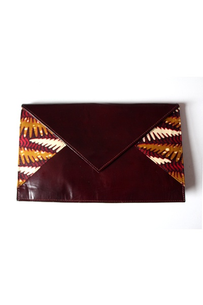 Bolso de mano de Aimas disponible en My Asho que combina cuero y estampado africano.