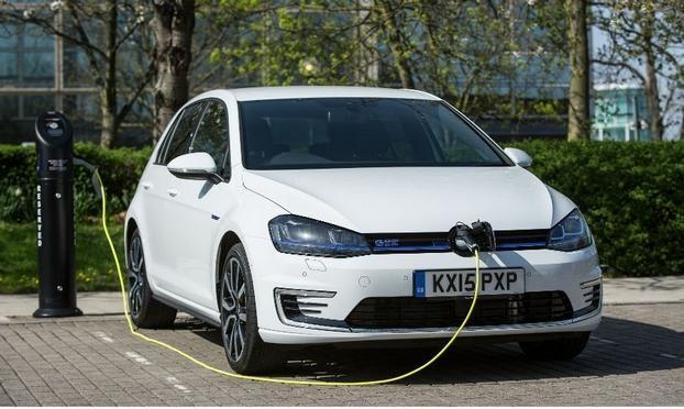 Плагин гибрид Фольксваген Гольф GTE / VW Golf GTE на зарядке