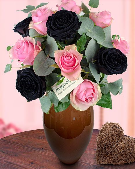 Buchet trandafiri roz şi negri. Black roses and pink roses in a special flower bouquet