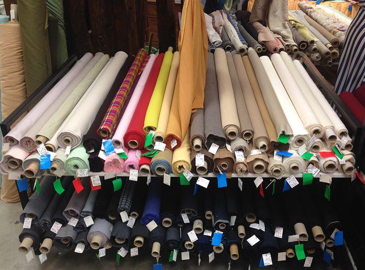 Nouvelle table de lainages en qualités et compositions diverses. Disponible au rayon Couture & Haute Couture de votre magasin Ellen Décoration.