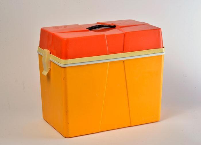 Glacière vintage des années 70 en plastique bicolore orange et jaune, intérieur blanc. Poignée de transport et deux fermetures latérales. 40X25 cm H : 36 cm