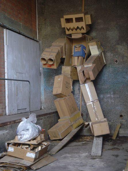 Robôs Construídos com Caixas Papelão