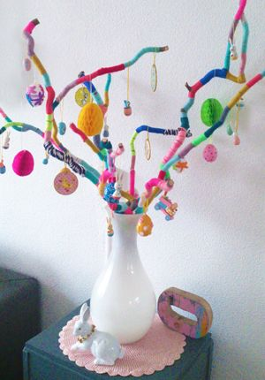 Knutselen met Pasen: vrolijke paastakken yarn wrapped branches bright colors