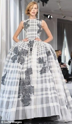 かわいくなりすぎないクリスチャン・ディオールの大胆タータンチェックドレス♡ ハイブランドのカラードレス・花嫁衣装まとめ。