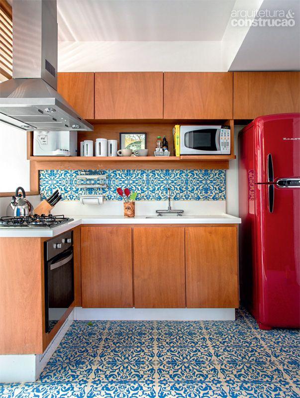 Projetados pela arquiteta sem puxadores aparentes nas portas e com nichos para os eletrodomésticos