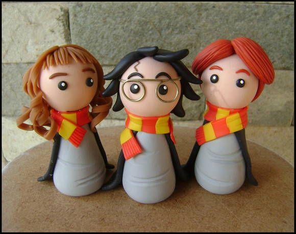 """Harry, Rony e Hermione, """"o trio dourado"""", personagens da saga literária Harry Potter, da escritora britânica J.K. Rowling.  Estão modelados em estilo chibi (infantil simplificado), ideal para lembrancinhas =) Eles podem vir acompanhados ou não de base, à escolha do cliente.  Material utilizado: porcelana fria (biscuit).  ----------- Novidade! ----------- Tenho também vários outros personagens do livro neste mesmo estilo chibi! Você pode conferí-los na imagem ao lado ou os detalhes de cada um…"""