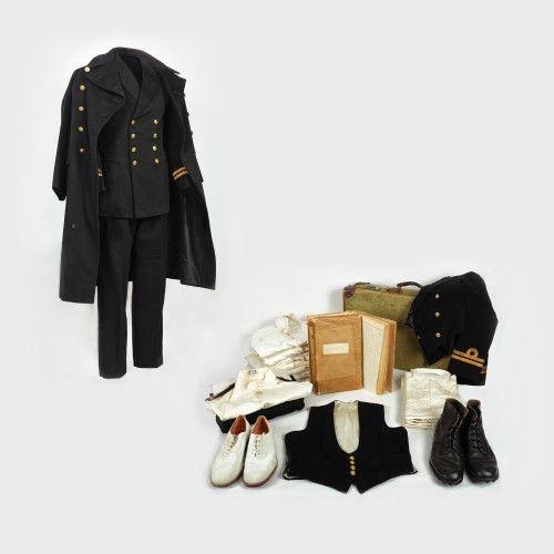 Lot format din uniforme și jurnale ce au aparținut unui ofițer britanic de marină, sfârșitul anilor '50 bumbac, postav, alamă, piele Preţ de pornire: € 250