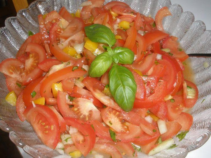 RAJČATOVÝ SALÁT S BAZALKOU Nakrájíme rajčata,cibuli,papriku a čerstvou bazalku.Přidáme sůl,pepř,cukr,jablečný ocet,olivový olej a trochu vody.