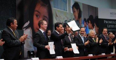 Completa Peña Nieto reforma educativa; condena a la CNTE