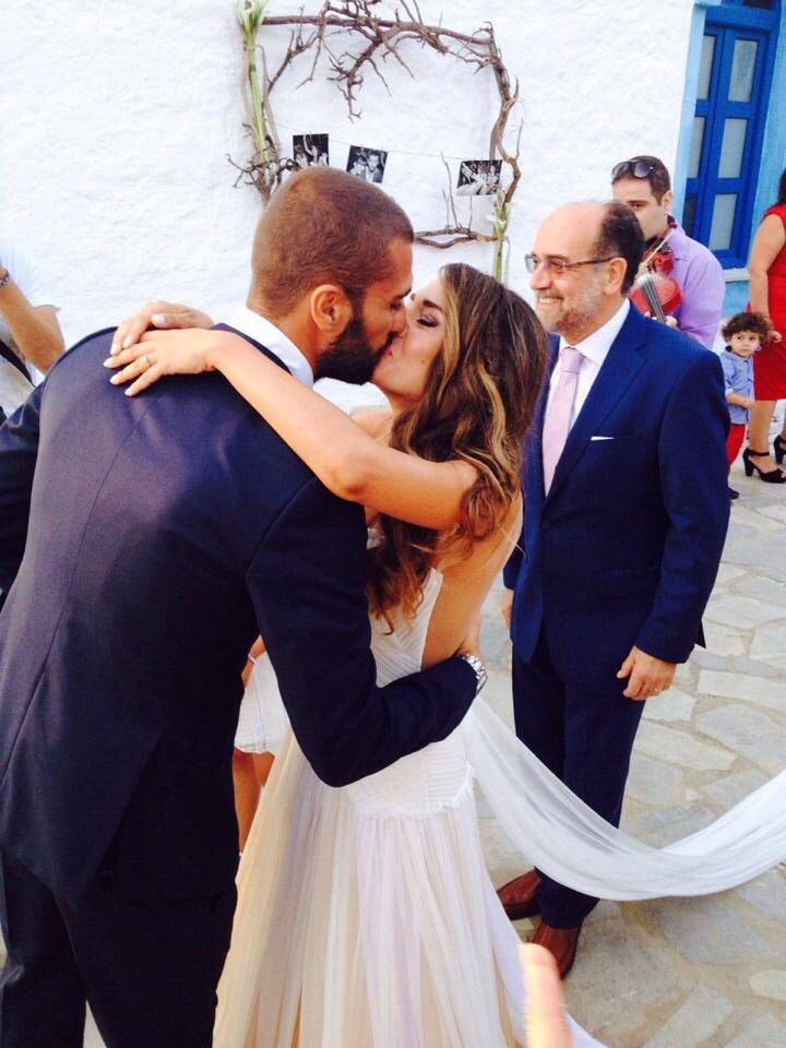 Everybody's smiling! Happy couple! Wedding day-ceremony