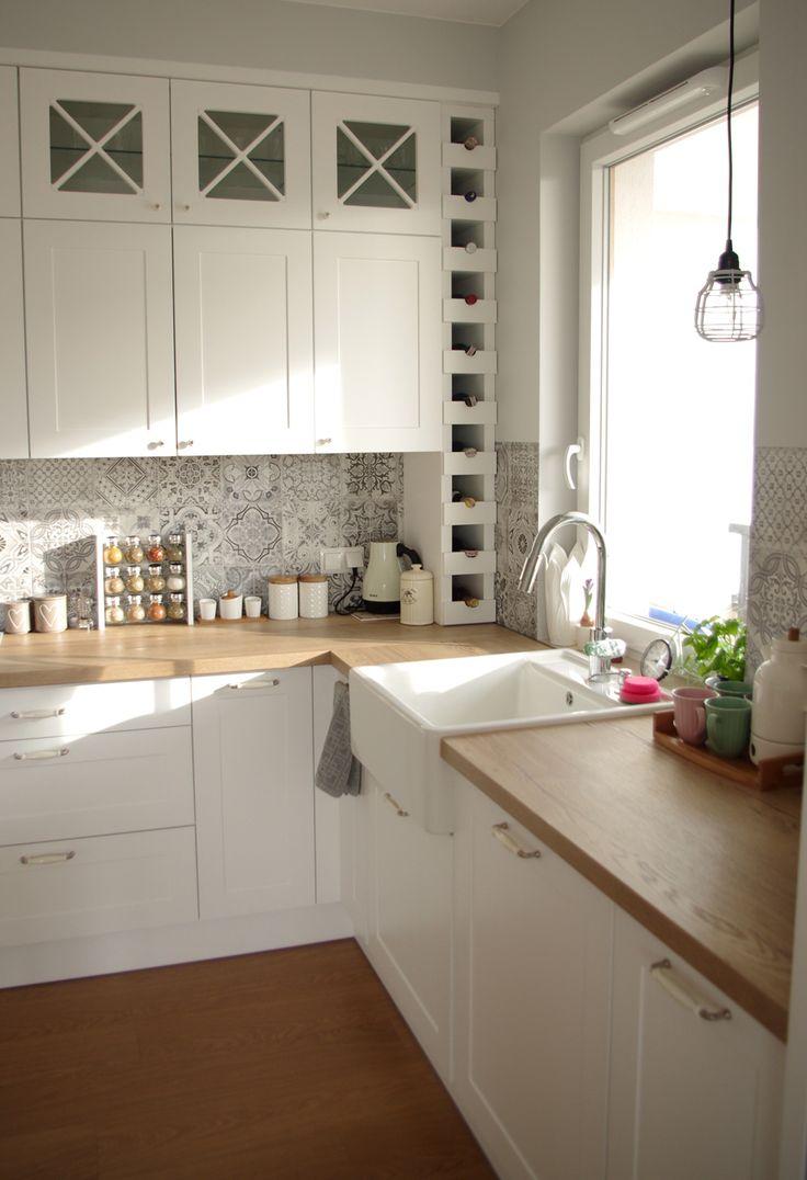 Białe szafki z drewnianymi blatami w kuchni