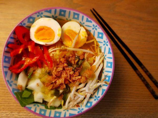 Dit recept voor Spicy Japanse Noedelsoep (Ramen) zal je echt verbazen! De kippenbouillon is echt super lekker in combinatie met mijn geheime ingrediënten!