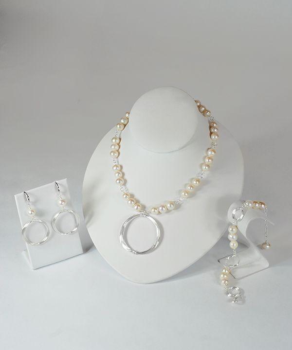 Hand made jewelry. Chicago art stores. Canadian designer. Fresh water pearl jewelry. Artisan jewelry. Arts and Artisans Chicago Illinois. Kaunis designs. Modern wire work jewelry