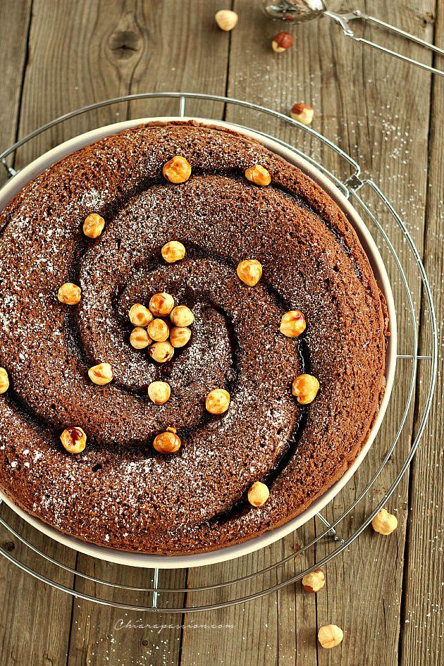 """La Torta al cioccolato e nocciole è un dolce friabile e profumato che si prepara in pochi minuti, perfetto per quando si ha voglia di qualcosa di buono ma non si vogliono sporcare troppe """"caccavelle"""". Era da tanto che cercavo la ricetta perfetta per la torta di nocciole, e dopo averne provate tant"""