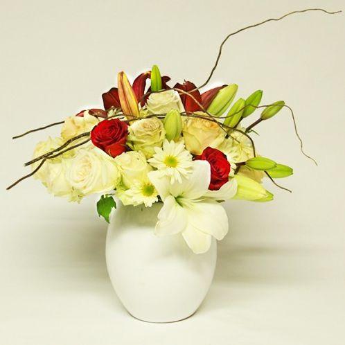 Arreglo Floral Toloache, material: Rosas rojas, rosas ivory, lilis y margaritas en base de cerámica. - Medidas: Altura: 35 cm Ancho: 35 cm http://www.toloachefloral.com/index.php/arreglos-florales/entoloachados-flores-a-domicilio/amo16.html