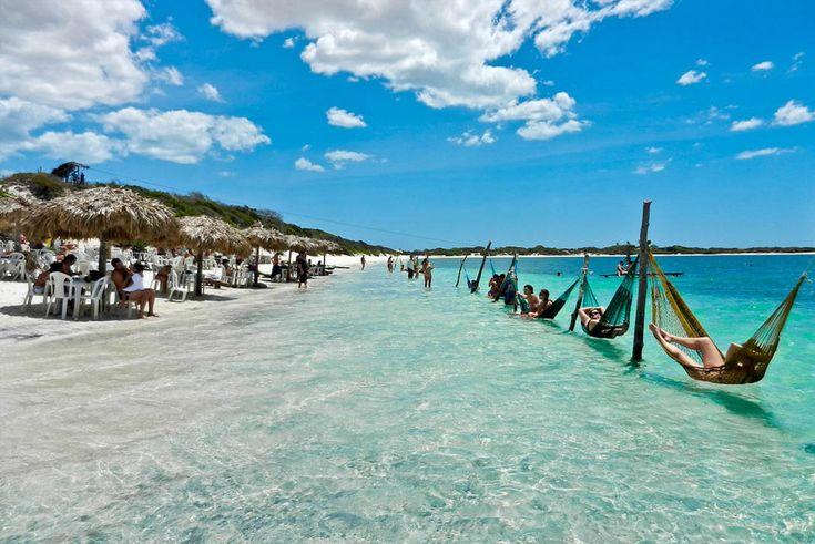 Jericoacoara, Brasil  Muitas vezes chamado de paraíso na Terra, esta praia no nordeste do Brasil é cercada por dunas gigantescas. Para chegar lá é preciso subir em um buggy e dirigir por algumas horas. Chegando lá, é só descansar na rede.