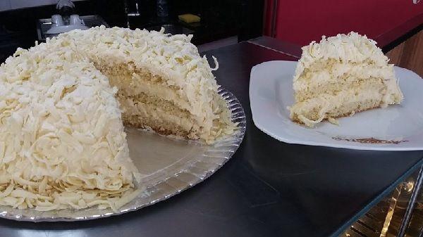 A Receita de Bolo de Leite em Pó é deliciosa e fácil de fazer. A massa do bolo é muito simples e derrete na boca, enquanto o recheio é cremoso e tem um sab