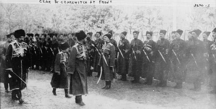 Русский царь Николай II и царевич Алексей перед строем казаков.