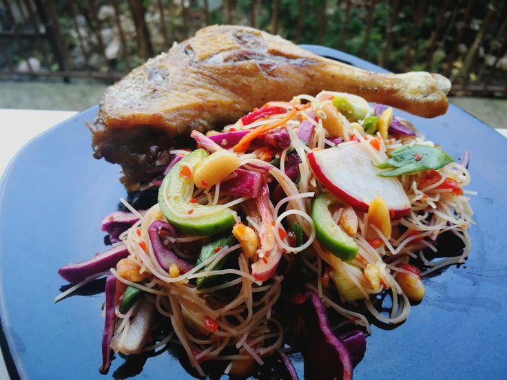Salata thai cu rață cu tăieței de orez se face în mod normal cu piept de rață. Îi crestez pielea, condimentez cu sare și piper, îl pun la foc mediu spre...
