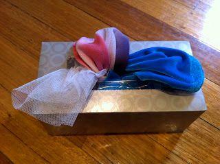FIJNE MOTORIEK: In een lege zakdoekjes doos, steek je verschillende soorten doekjes ( stoffen ). Die doekjes kunnen ze uit de doos trekken en kennis maken met verschillende soorten stof.