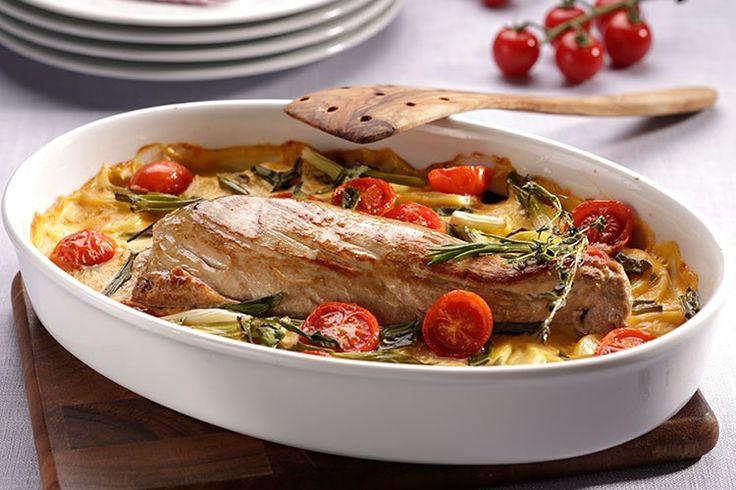 1. Kartoffeln waschen, schälen und auf dem Gemüsehobel in feine Scheiben schneiden. 350 ml kaltes Wasser in einen Topf geben und Beutelinhalt Fix für Nudel-Schinken Gratin einrühren. Unter Rühren aufkochen, die Crème fraîche und die Kartoffelscheiben zugeben und bei schwacher Hitze ca. 6 Minuten garen. Kartoffeln und Sauce in einer...