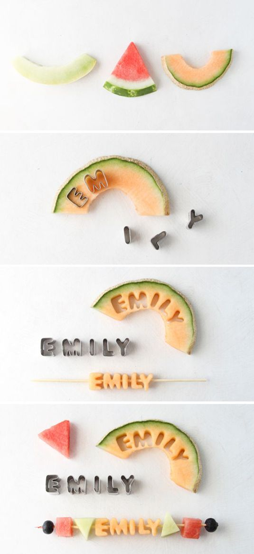 Utilisez des emporte-pièces en forme de lettre pour faire de jolies brochettes de fruits, au nom de votre enfant! Une activité personnalisée, c'est toujours apprécié des enfants!