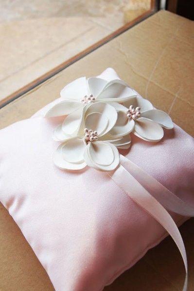 Coussins d'alliances en satin rose pastel avec fleurs ivoire - Princesse d'un Jour