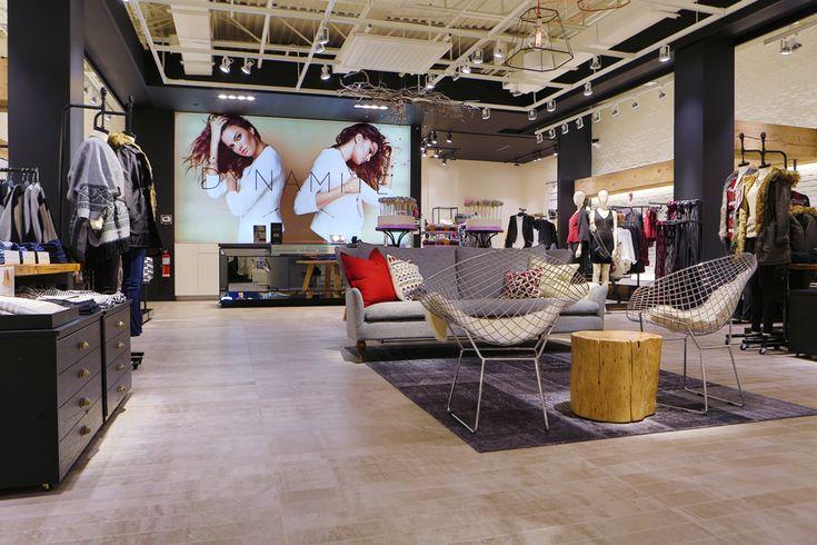 Amélioration du magasin avec aire de détente favorable pour les hommes qui magasinent avec leurs copines. Plusieurs magasins de la compagnie ne sont pas équipés de places assises alors cela est définitivement un plus.