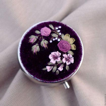 Купить или заказать Коробочка-малышка с вышивкой Викторианская фантазия в интернет-магазине на Ярмарке Мастеров. Крошечная коробочка для мелочей с миниатюрной вышивкой шёлковыми лентами и бисером в викторианских оттенках. Палитра вышивки чуть магическая - лилово-фиолетовые розы на фоне королевского пурпура дополнены цветами бледной розовой карамели и мшисто-зелёным цветом. Волнующее, роскошное сочетание. Коробочка может использоваться Вами как удобная небольшая таблетница для сумочки, так…