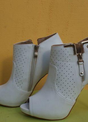 Kup mój przedmiot na #vintedpl http://www.vinted.pl/damskie-obuwie/botki/10276957-biale-szpilki-botki-z-zamkami