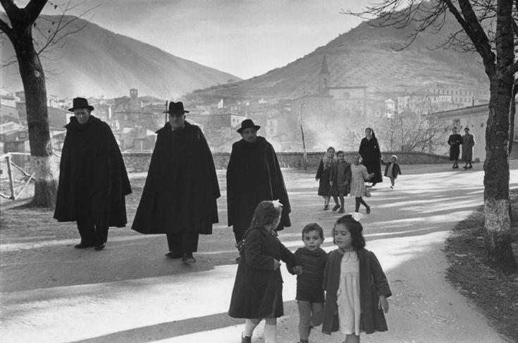 #ITALY #Abruzzo #Scanno 1951.Photo by Henri Cartier-Bresson - Magnum Photos